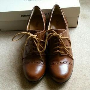 Bass Shoes Faith Oxford Heels in Tan SZ 8